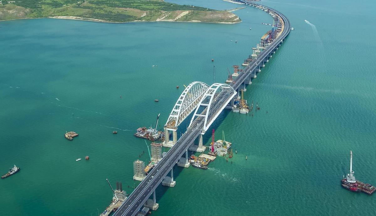 Водители нарушают ПДД ради селфи наКрымском мосту