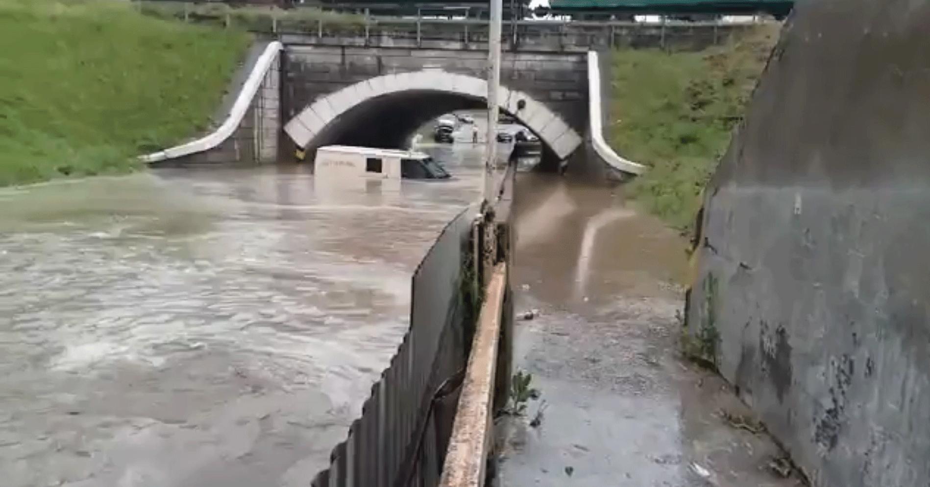 ВКропоткине инкассаторская машина утонула влуже под мостом