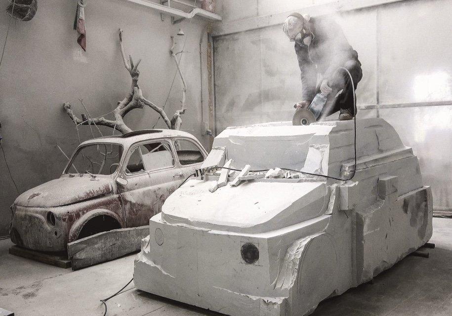 Итальянец работает над созданием мраморной копии Фиат 500