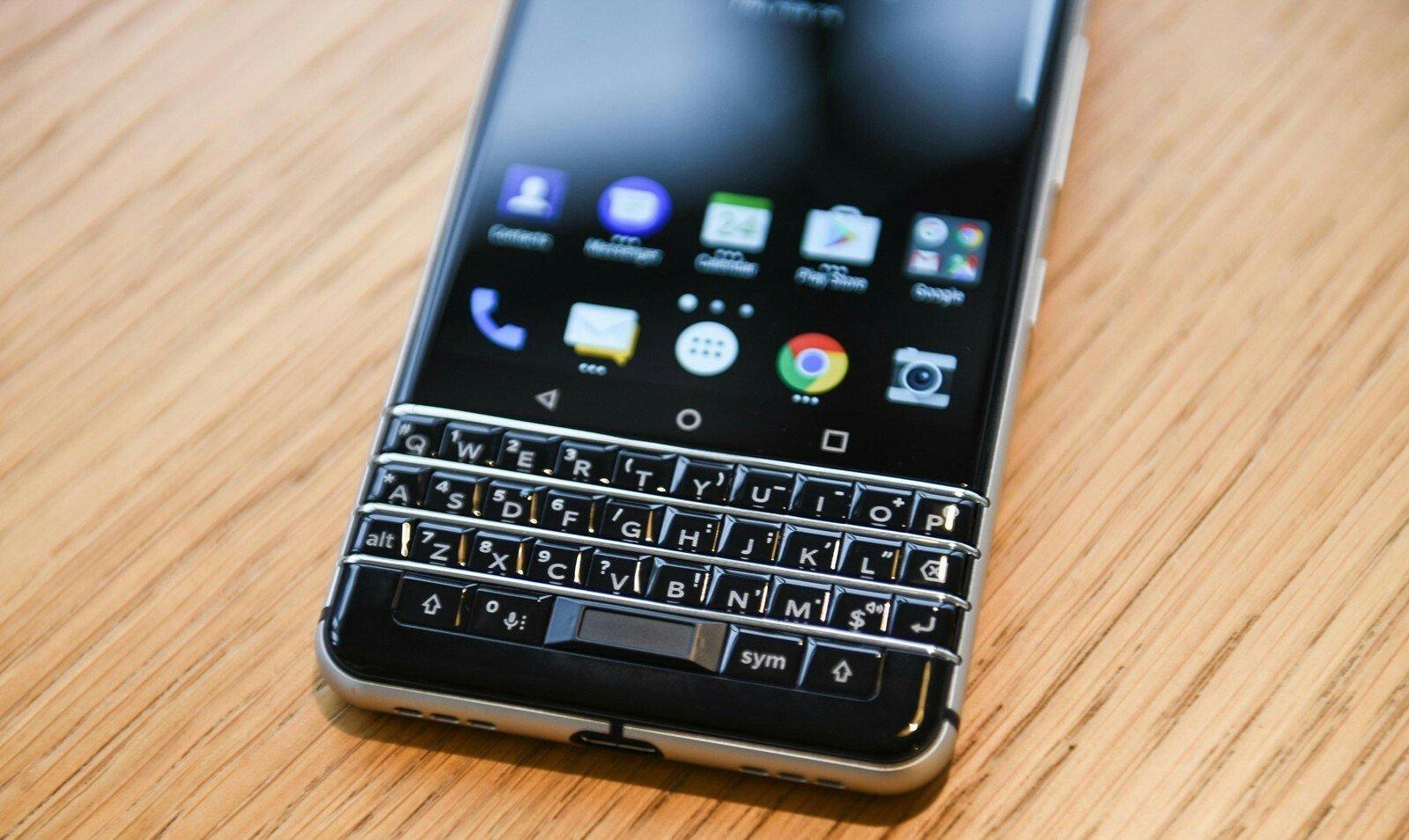 Вролике телефона BlackBerry KEY2 видна новая аппаратная кнопка