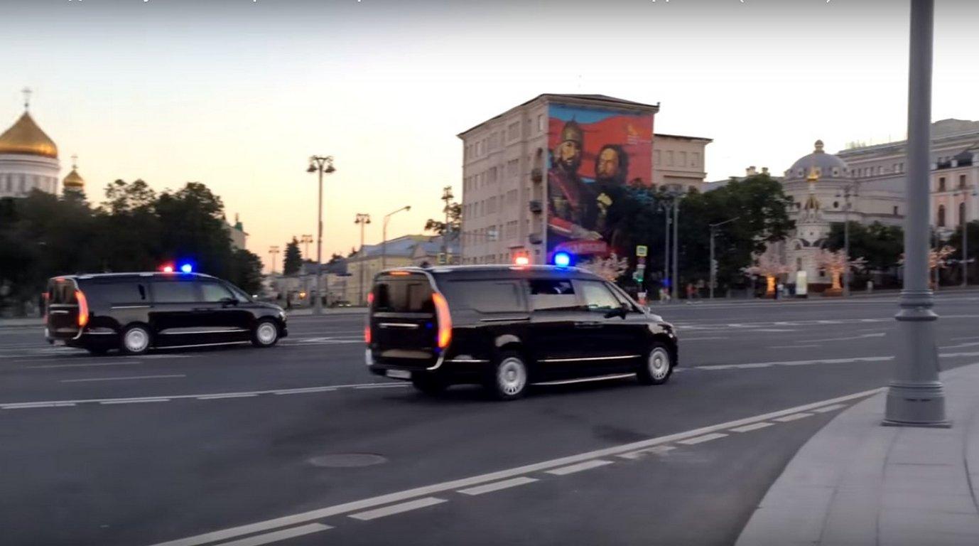 Весь новый кортеж В.Путина водном ролике: выезд изКремля