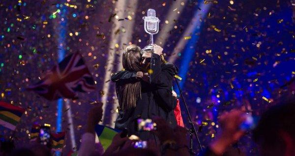 Трансесксуаллы, монголы, дикие танцы и фигуристы: Вспоминаем самые яркие номера «Евровидения»