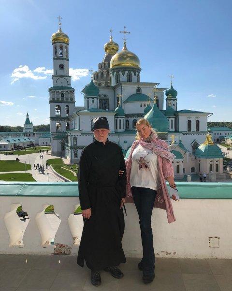Волочкова в вызывающем виде отправилась в мужской монастырь