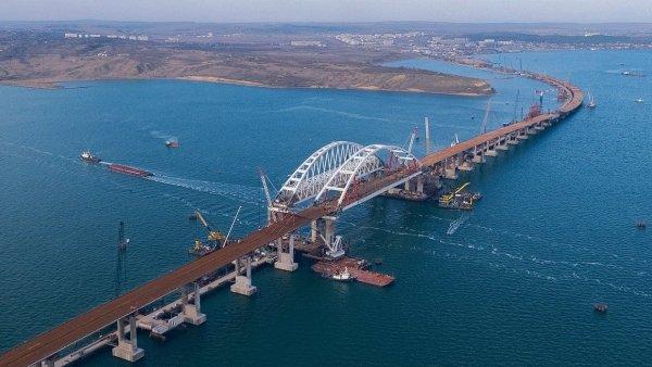 Митрополит Платон освятил Крымский мост во время морского крестного хода