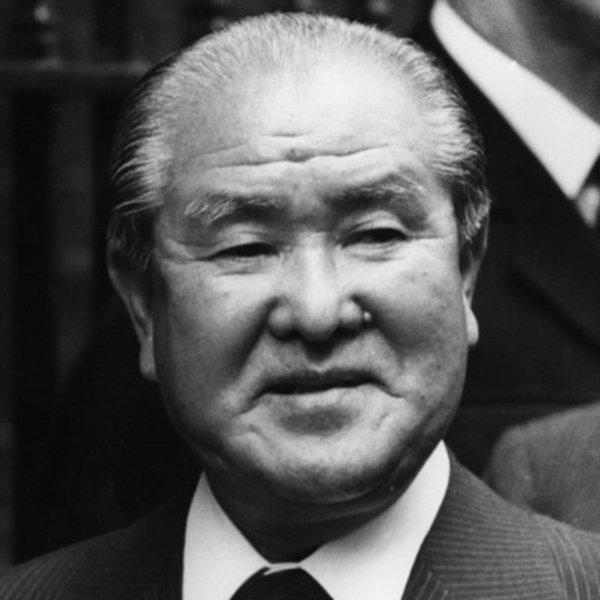 Экс-премьер Японии предложил стране пересмотреть Конституцию после поправок США