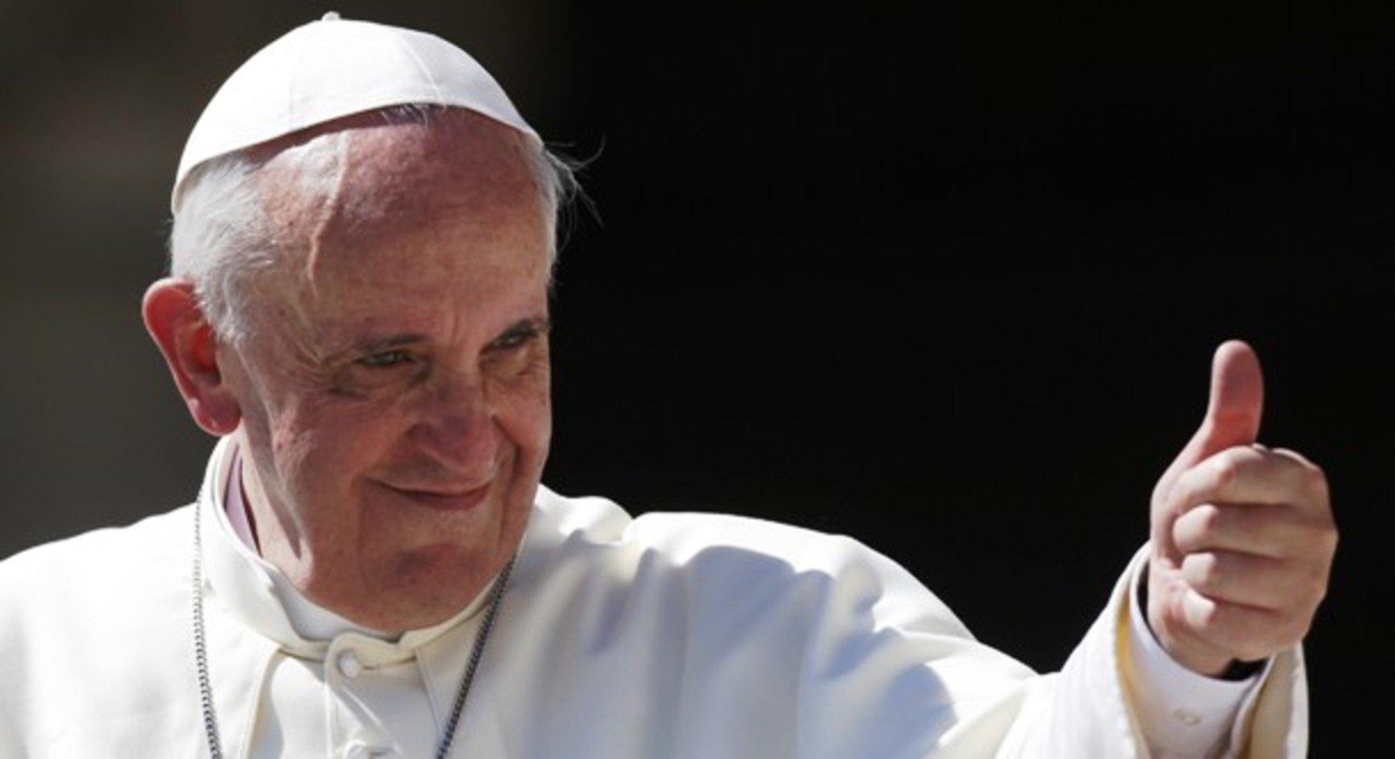 Папа Римский получил вподарок отастронавтов комбинезон для полётов вкосмос