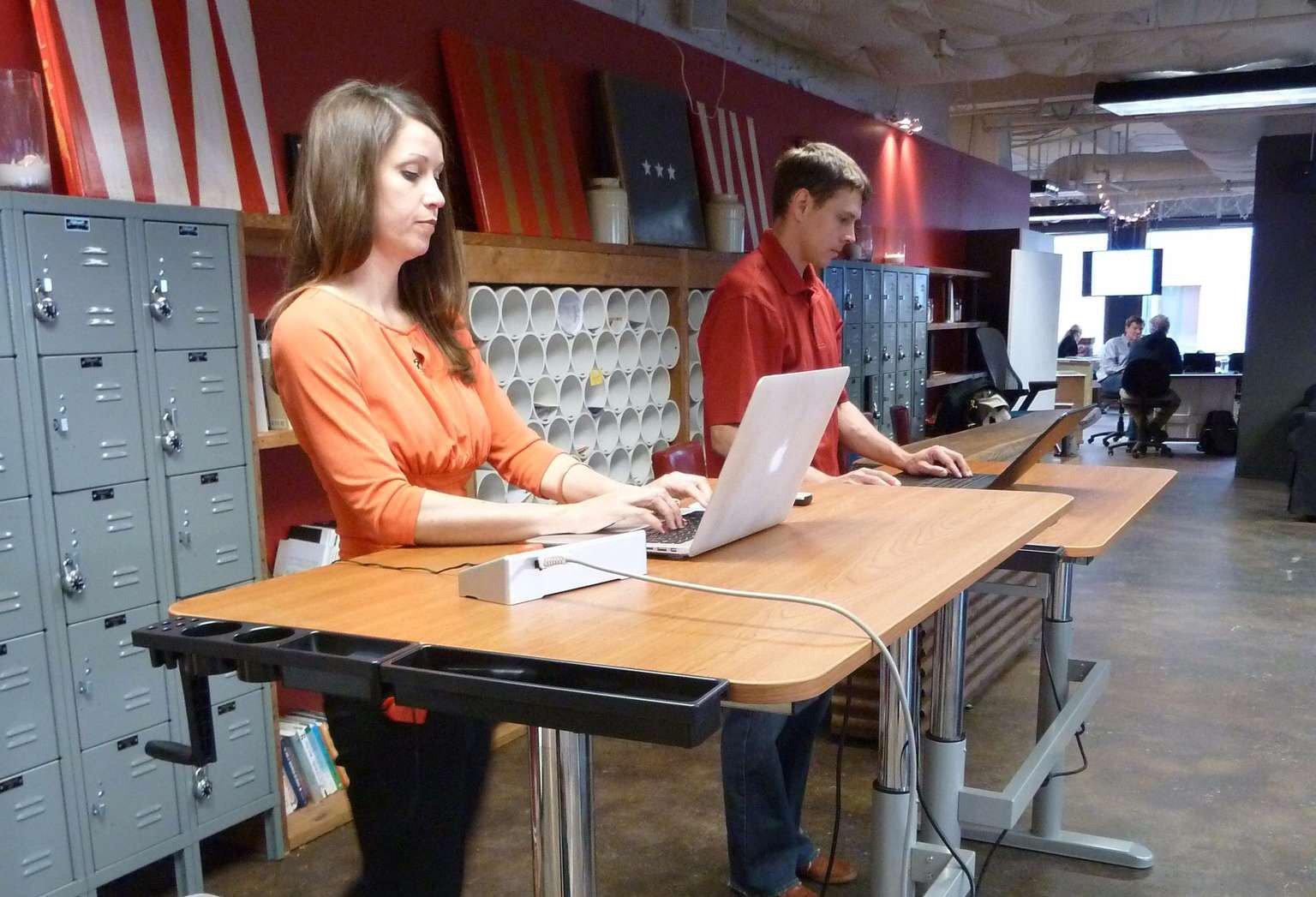Тим Кук заставляет сотрудников Apple работать стоя - Ferra.ru