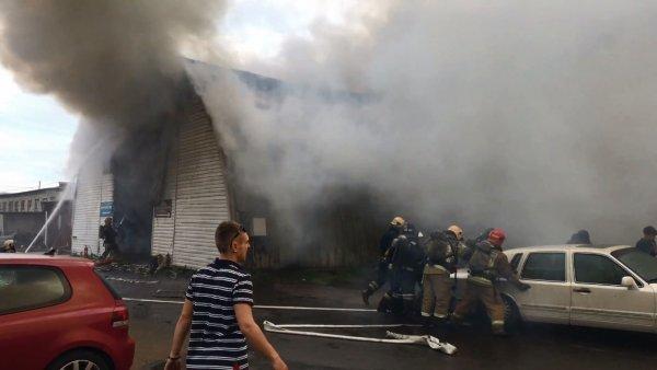 В Петербурге потушили горящее здание СТО