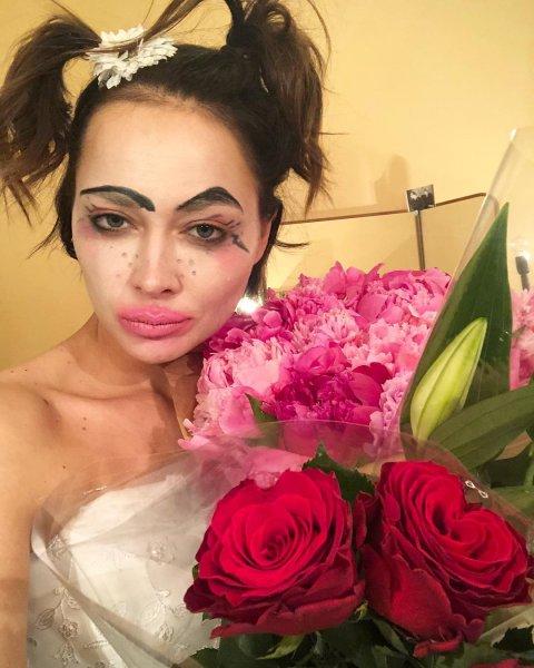 Настасья Самбурская в купальнике унывает из-за отсутствия женственности