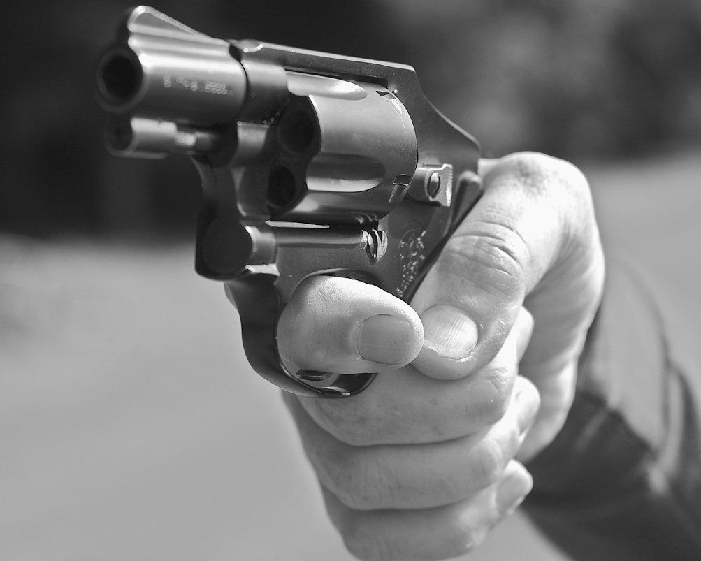 Отправить, рука держит пистолет красивые картинки