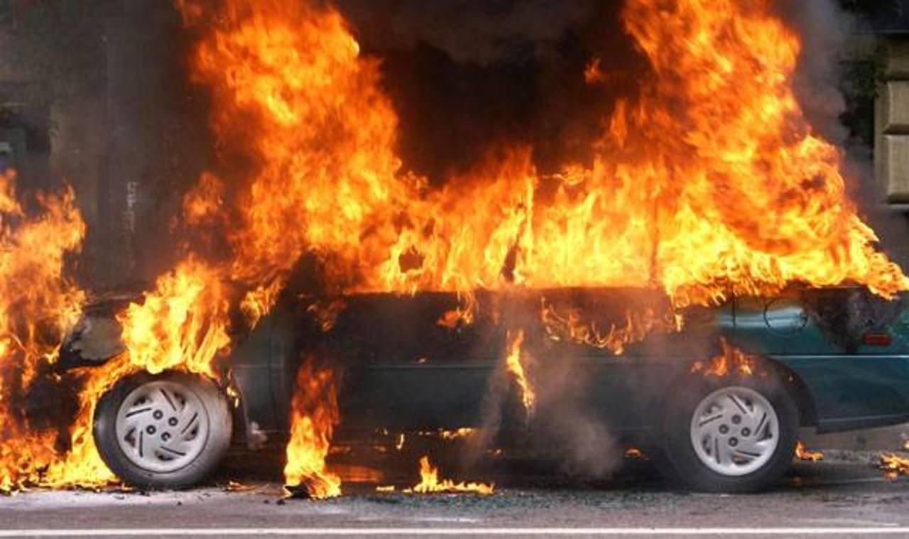 В Ставрополе сгорели два легковых автомобиля