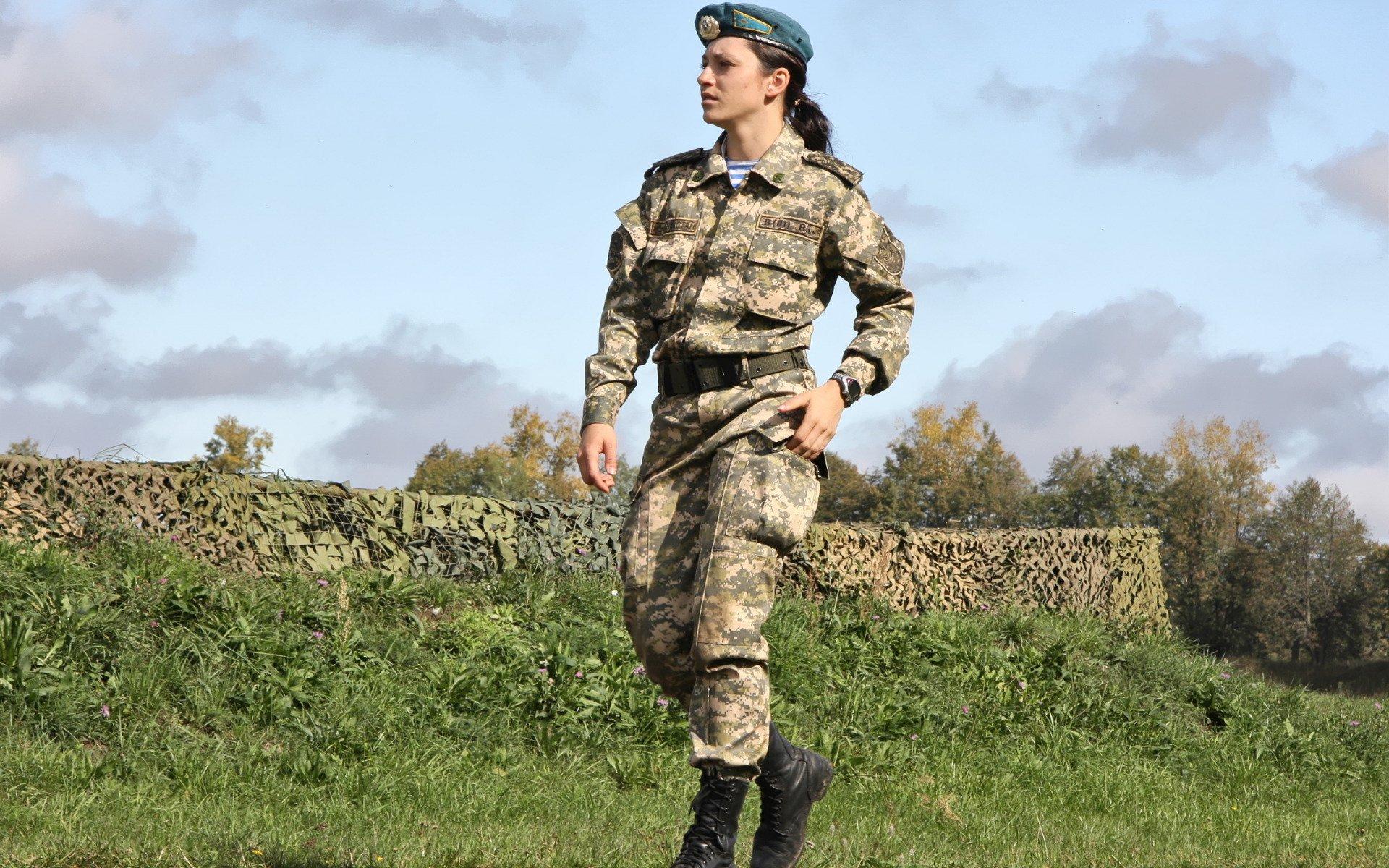 Девушки в военной униформе, длинноногая блондинка с большой грудью трахают огромным пенисом