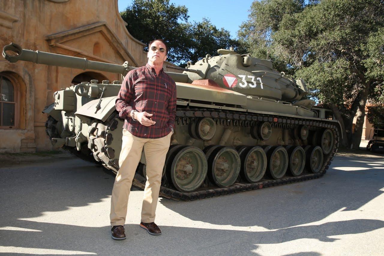 Шварценеггер раздавил лимузин наличном танке— Терминатор вернулся