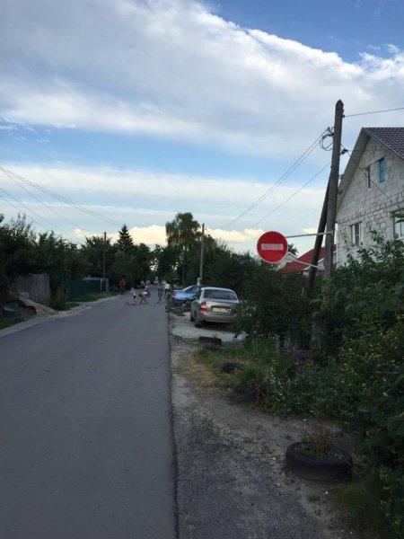 Воронежские «яжматери» самовольно перекрыли улицу «кирпичом»