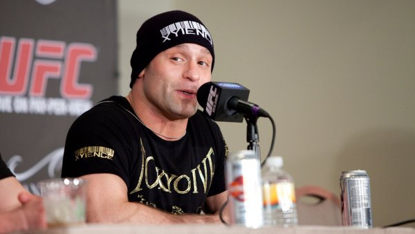 Экс-чемпион UFC заломал пьяного дебошира в ресторане