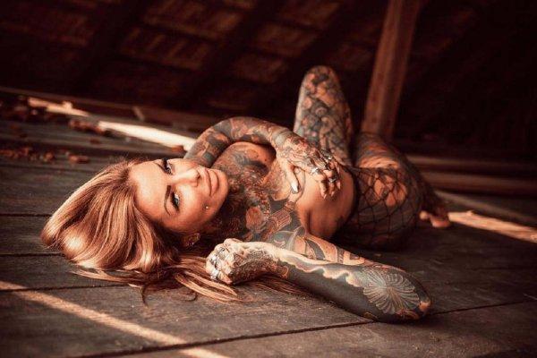 Модель покрыла 90% своего тела татуировками, чтобы не носить одежду