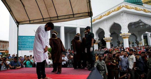 Индонезийскую гей-пару осудили за их отношения и публично отстегали кнутом