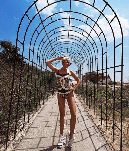 Рудковская в купальнике удивила невероятно длинными ногами