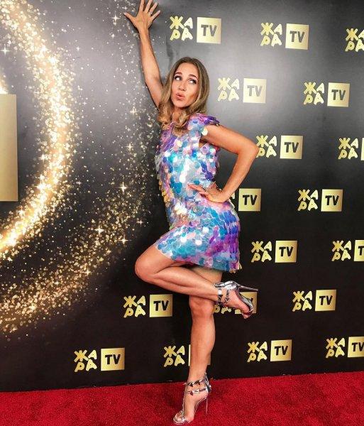 Юлия Ковальчук в мини-платье показала роскошные ноги