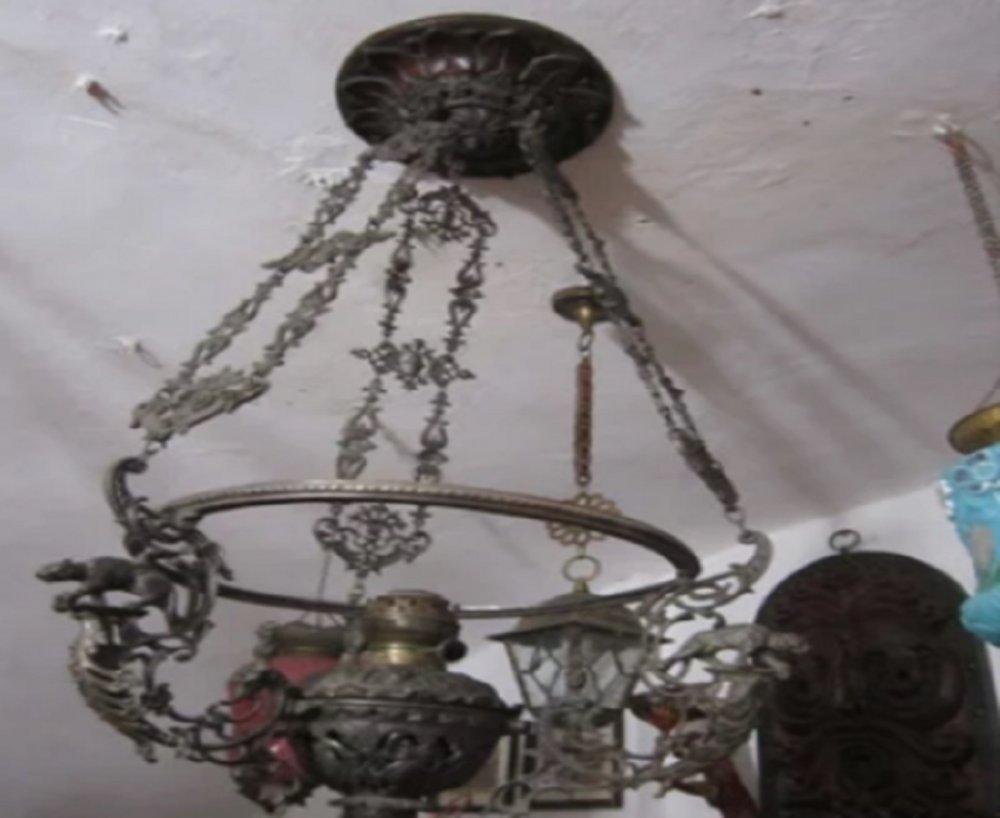 Люстру XIX века, работающую накеросине, реализует гражданин Таганрога
