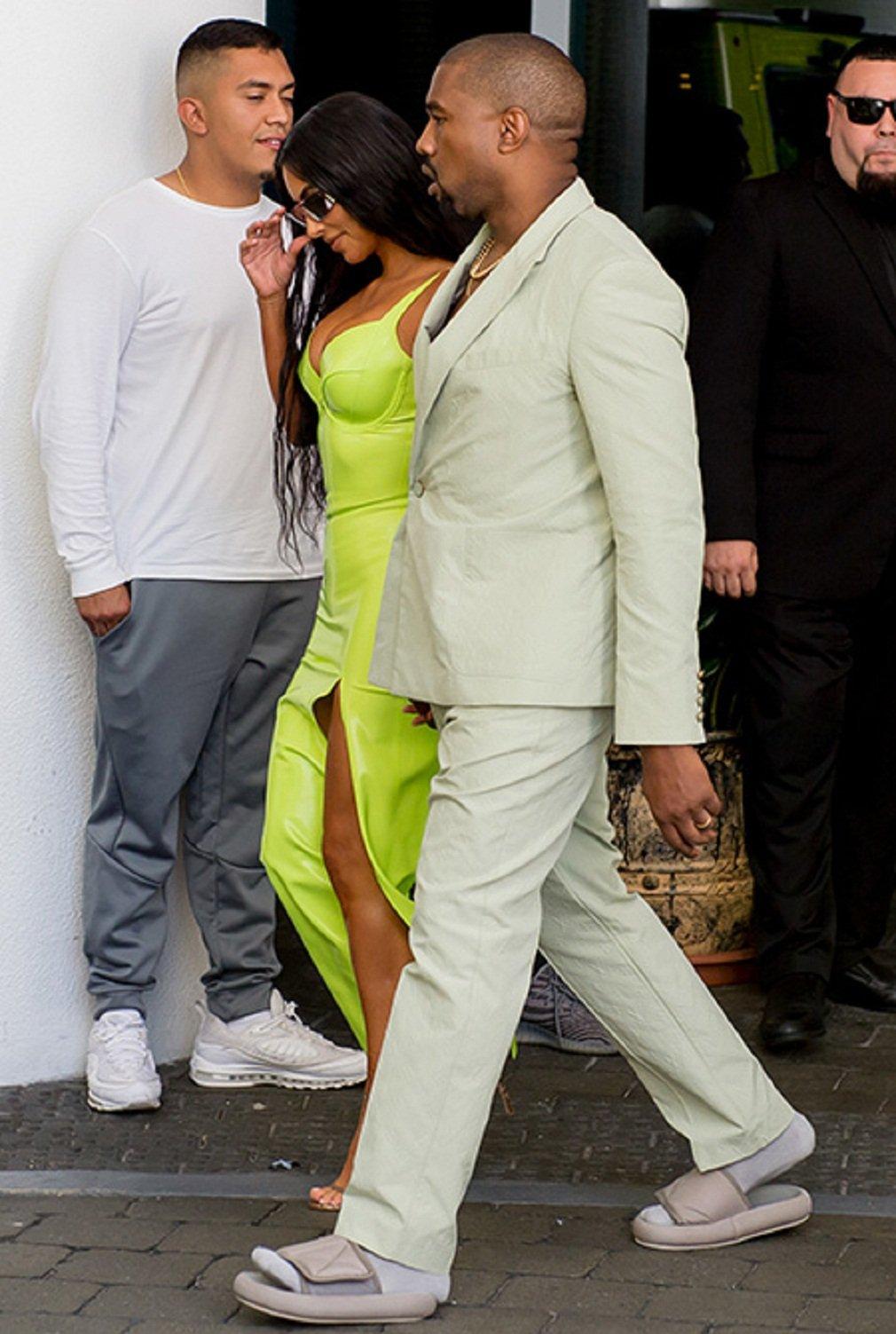 Канье Уэст пришел на свадьбу в костюме на голое тело и в шлепанцах картинки