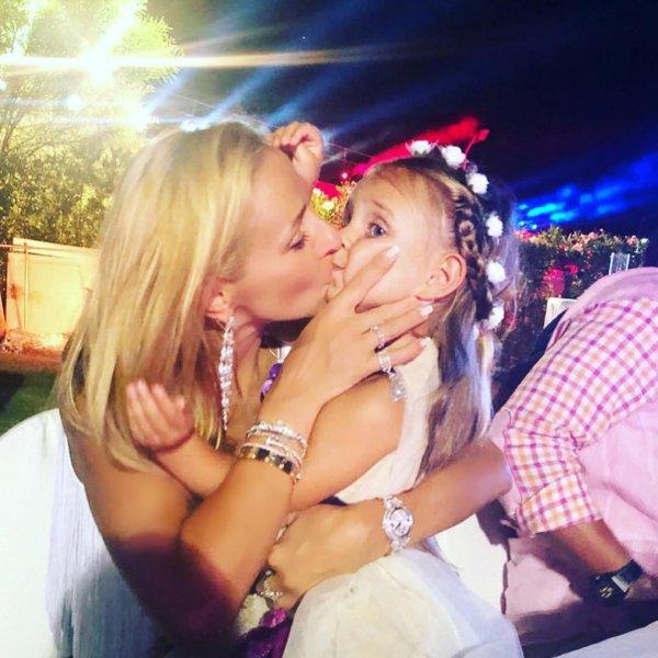 Подписчики возмутились поцелуем Татьяны Навки и ее дочери