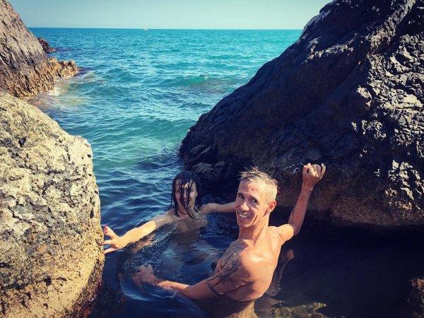 «Ура! Я дома»: Голый Алексей Панин шлет привет с нудистского пляжа