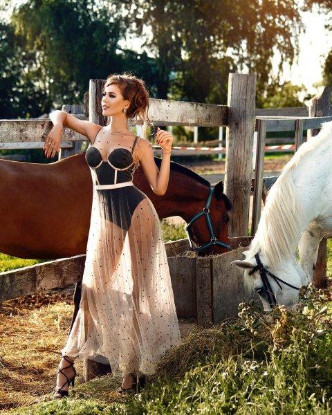 Сестра Бузовой перед лошадьми сверкнула нижним бельем под прозрачным платьем