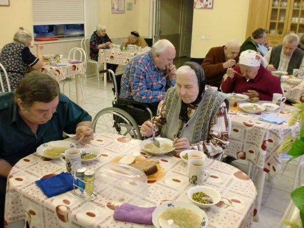 В Красноярске пенсионеров накормили фекалиями в пансионате