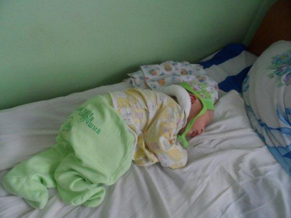 В Тихвине младенец упал с кровати и покалечил голову