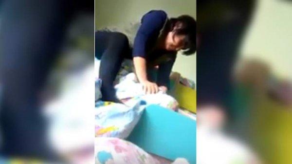 Воспитательница детского сада душила ребенка одеялом во время тихого часа