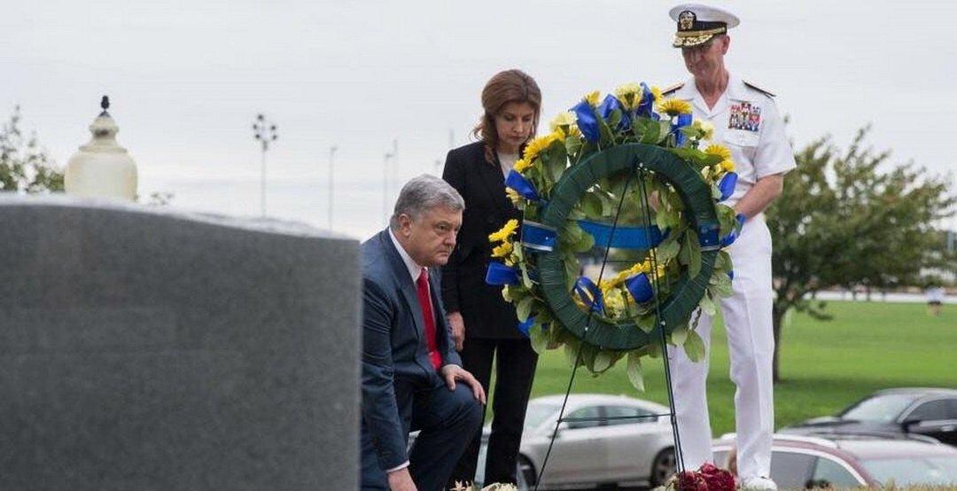 Картинки по запросу Порошенко опозорился на могиле Маккейна