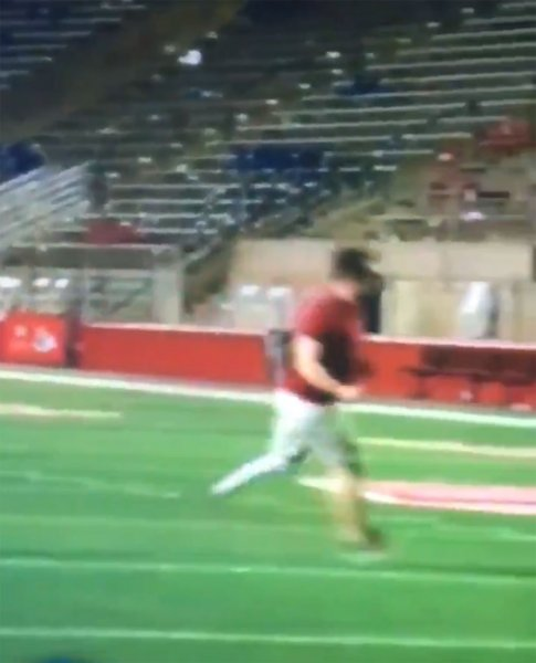В кадр во время прямого эфира попала погоня человека без ноги за беглецом с протезом в руках