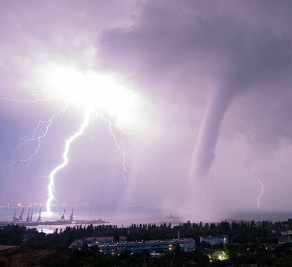 В Крыму сняли на камеру апокалиптические молнию и смерч
