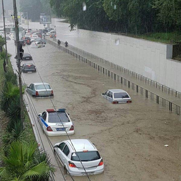 В Сочи из-за ливня затопило несколько улиц и дворов