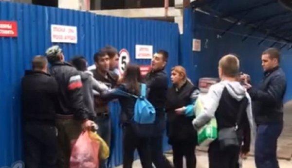 В Ростове на рынке вооруженная ножом девушка гонялась за парнем