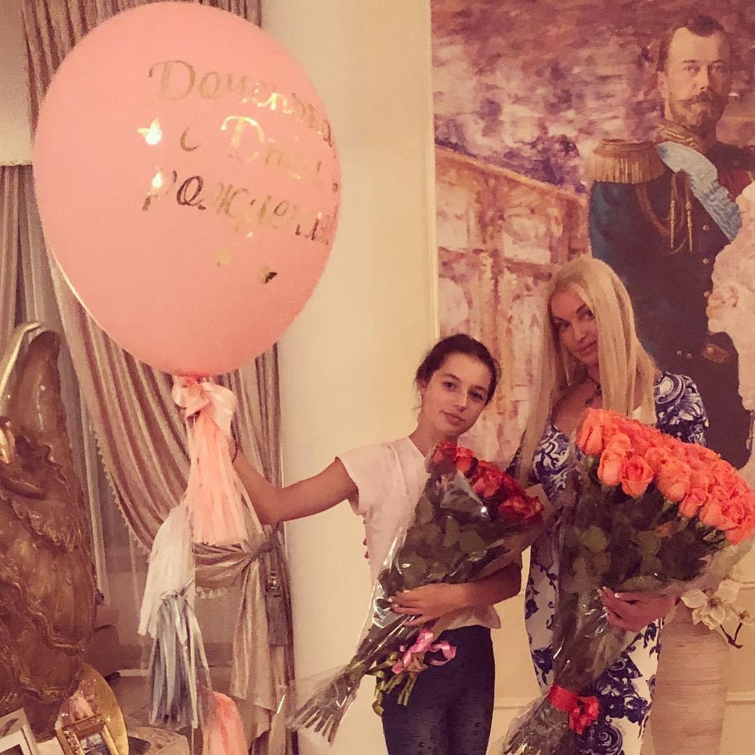 Анастасия Волочкова освободилась отдлинных волос