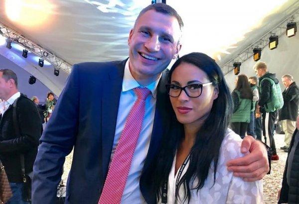 Владимир Кличко позабыл о невесте в объятиях чемпионки по боксу