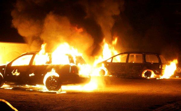 В Ростове мужчина «с улыбкой на лице» устроил поджог машин