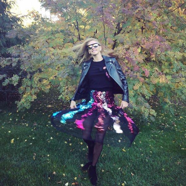 Навка произвела фурор в кожаной куртке и прозрачной юбке