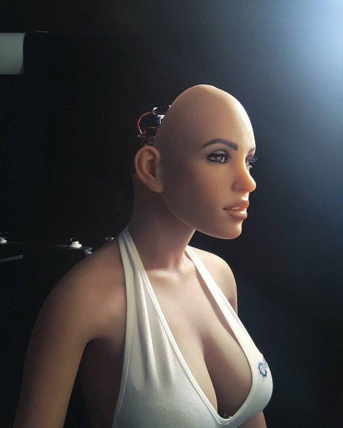 Профиль секс-куклы Harmony в Tinder получил за два часа около 100 мэтчей
