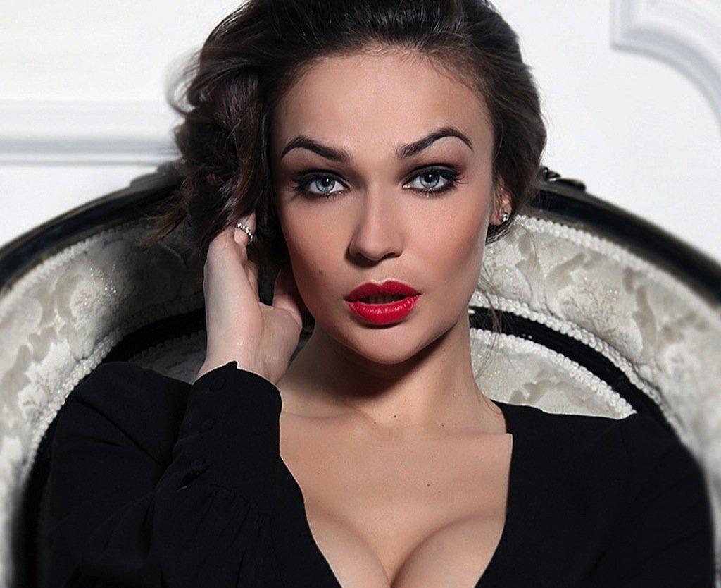 Алена Водонаева снялась обнаженной для обложки собственной книги