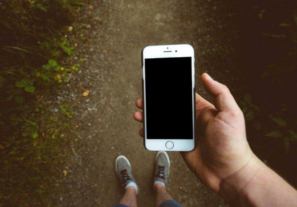 В Белгороде женщина украла телефон и подарила его другу