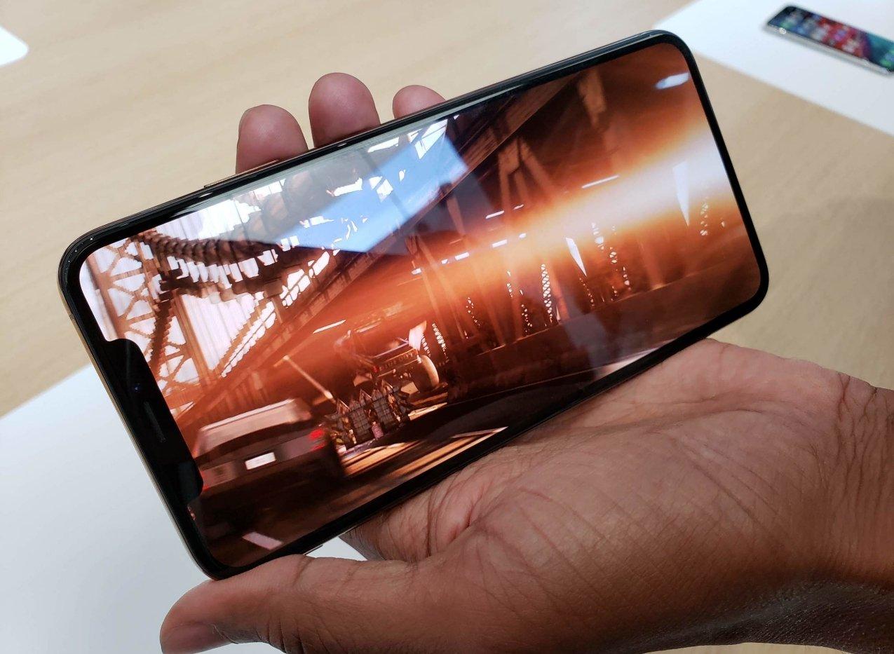 Американка подала всуд наApple из-за «челки» вiPhone