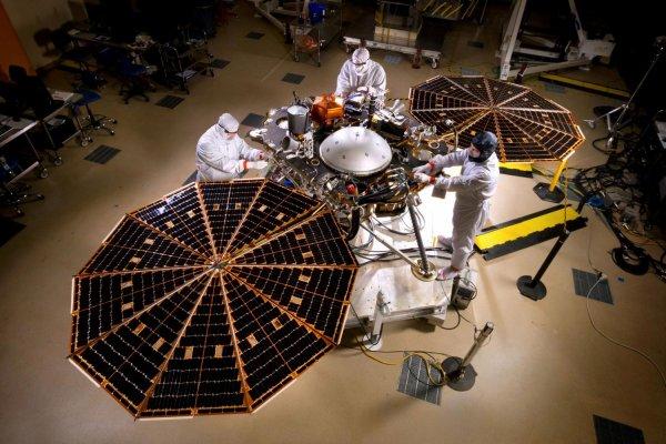 На Марсе впервые установили сейсмометр