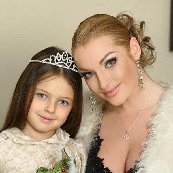 Невзлюбила нового «папу»: Волочкова из-за свадьбы с любовником выставила дочь за дверь
