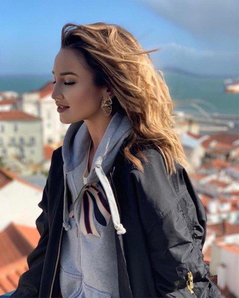 Поближе к Тарасову: Бузова из-за сборов «Локомотива» в Испании прилетела в Португалию