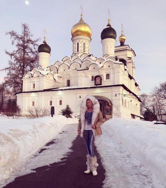 Проснулся материнский инстинкт: Волочкова пришла молиться в храм за будущего ребенка