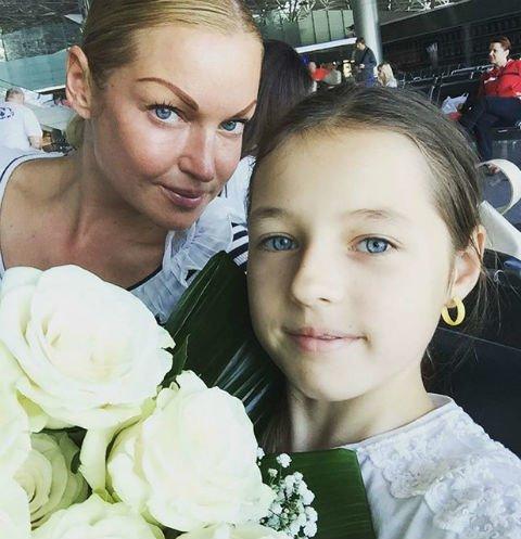 Как ломовая лошадь: Дочь Волочковой вынуждена «пахать» на работе каждый день из-за пропащей матери