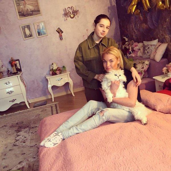 «Она многое понимает»: Волочкова не собирается скрывать от дочери свои похождения